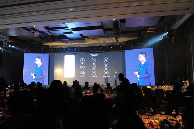 Đại diện Viettel giới thiệu sản phẩm mới trong lễ kỷ niệm 12 năm kinh doanh dịch vụ di động.